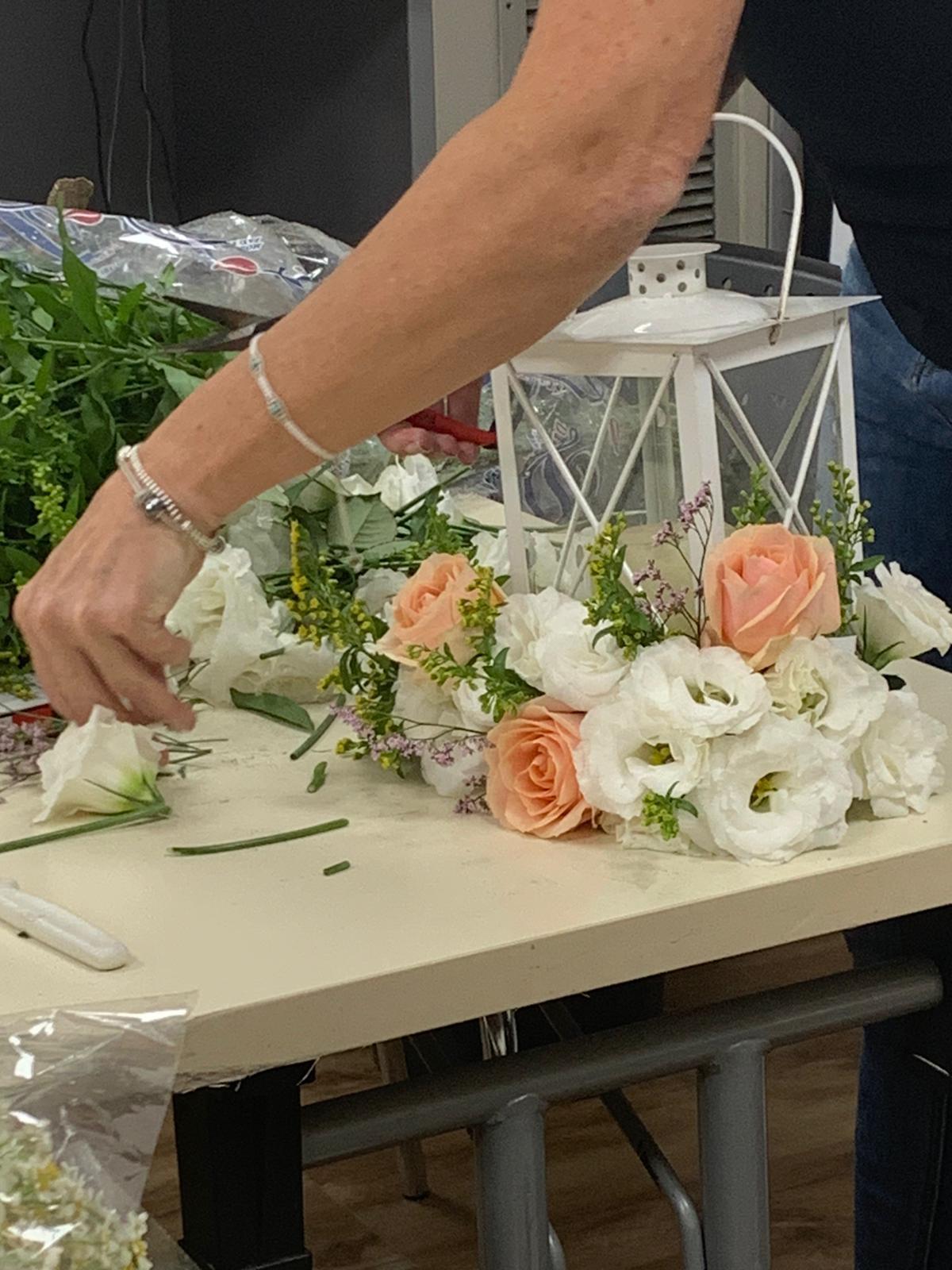 גלרייה - שיעור שזירת פרחים - קורס הפקת אירועים מחזור 24, 24 מתוך 35