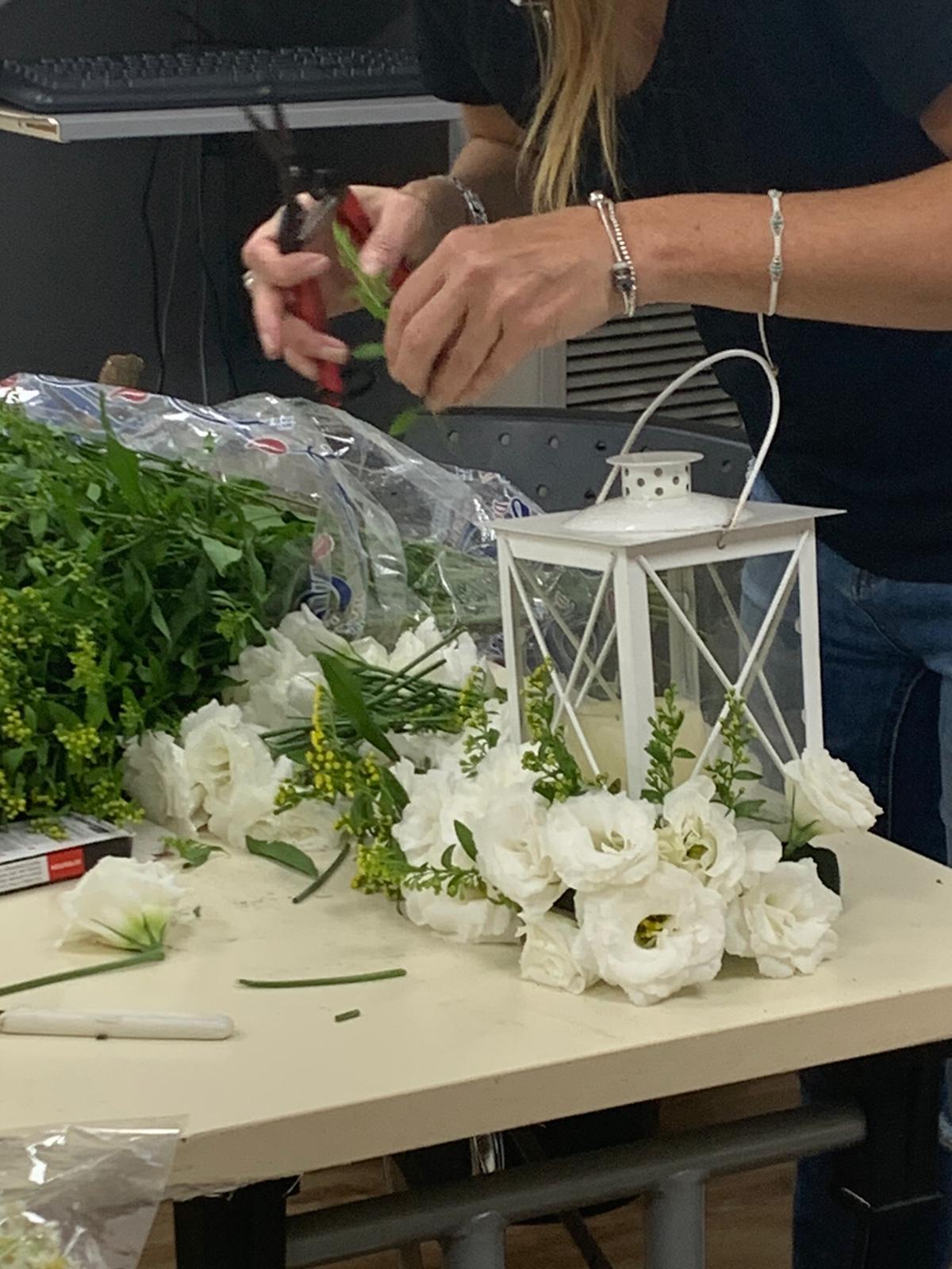 גלרייה - שיעור שזירת פרחים - קורס הפקת אירועים מחזור 24, 18 מתוך 35