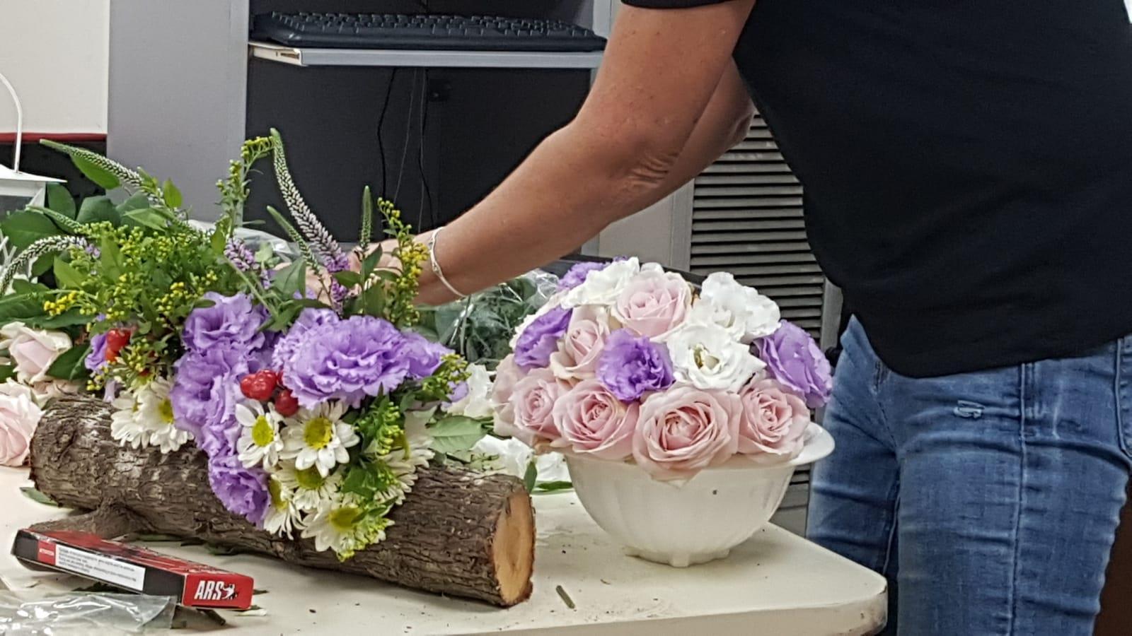 גלרייה - שיעור שזירת פרחים - קורס הפקת אירועים מחזור 24, 22 מתוך 35