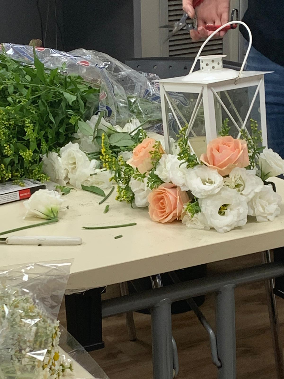גלרייה - שיעור שזירת פרחים - קורס הפקת אירועים מחזור 24, 13 מתוך 35