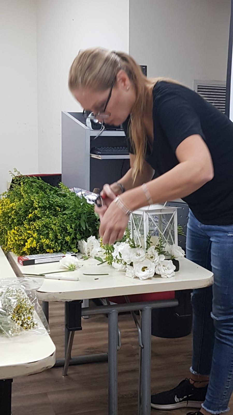 גלרייה - שיעור שזירת פרחים - קורס הפקת אירועים מחזור 24, 6 מתוך 35