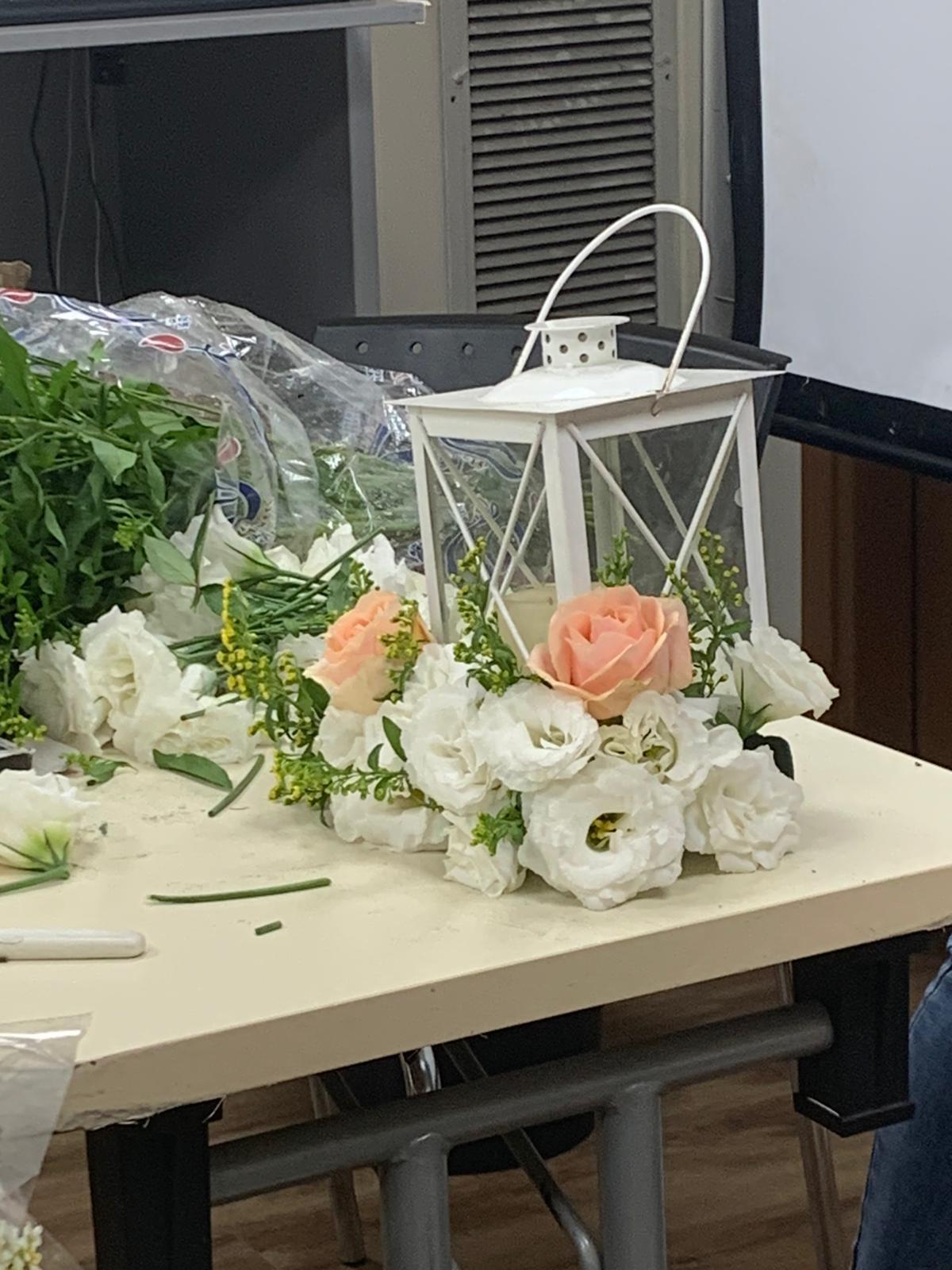 גלרייה - שיעור שזירת פרחים - קורס הפקת אירועים מחזור 24, 14 מתוך 35