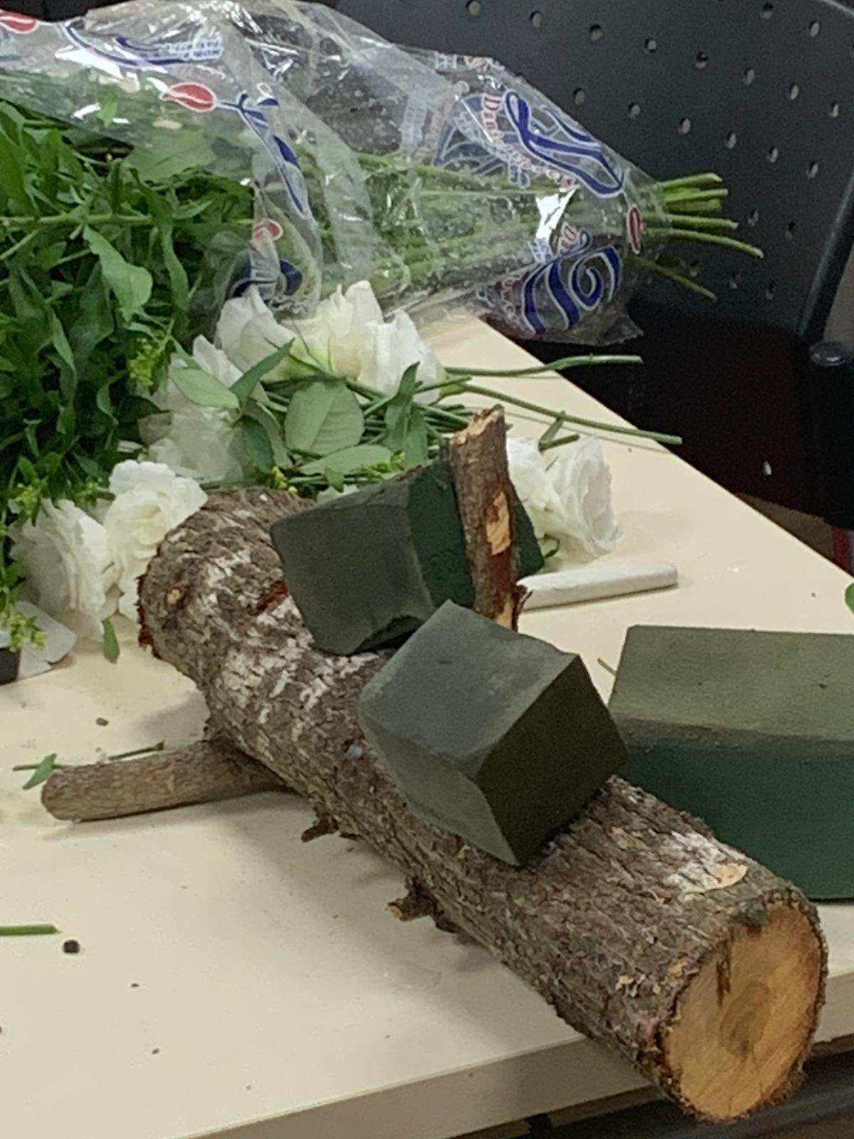 גלרייה - שיעור שזירת פרחים - קורס הפקת אירועים מחזור 24, 21 מתוך 35