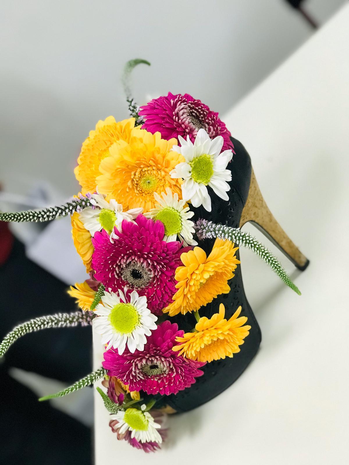 גלרייה - שיעור שזירת פרחים - קורס הפקת אירועים מחזור 24, 25 מתוך 35