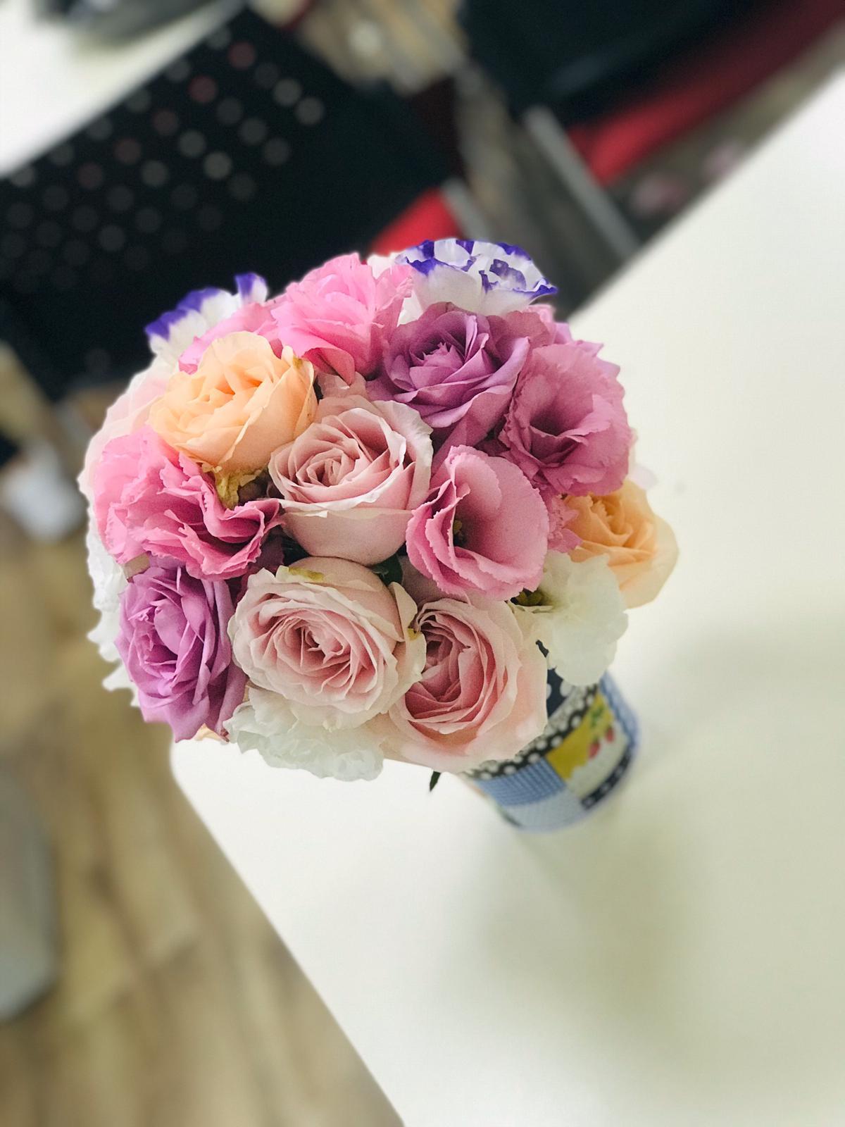 גלרייה - שיעור שזירת פרחים - קורס הפקת אירועים מחזור 24, 26 מתוך 35