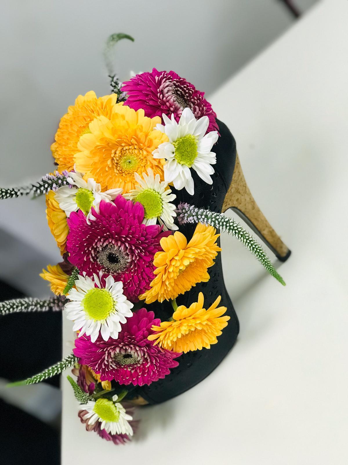 גלרייה - שיעור שזירת פרחים - קורס הפקת אירועים מחזור 24, 27 מתוך 35