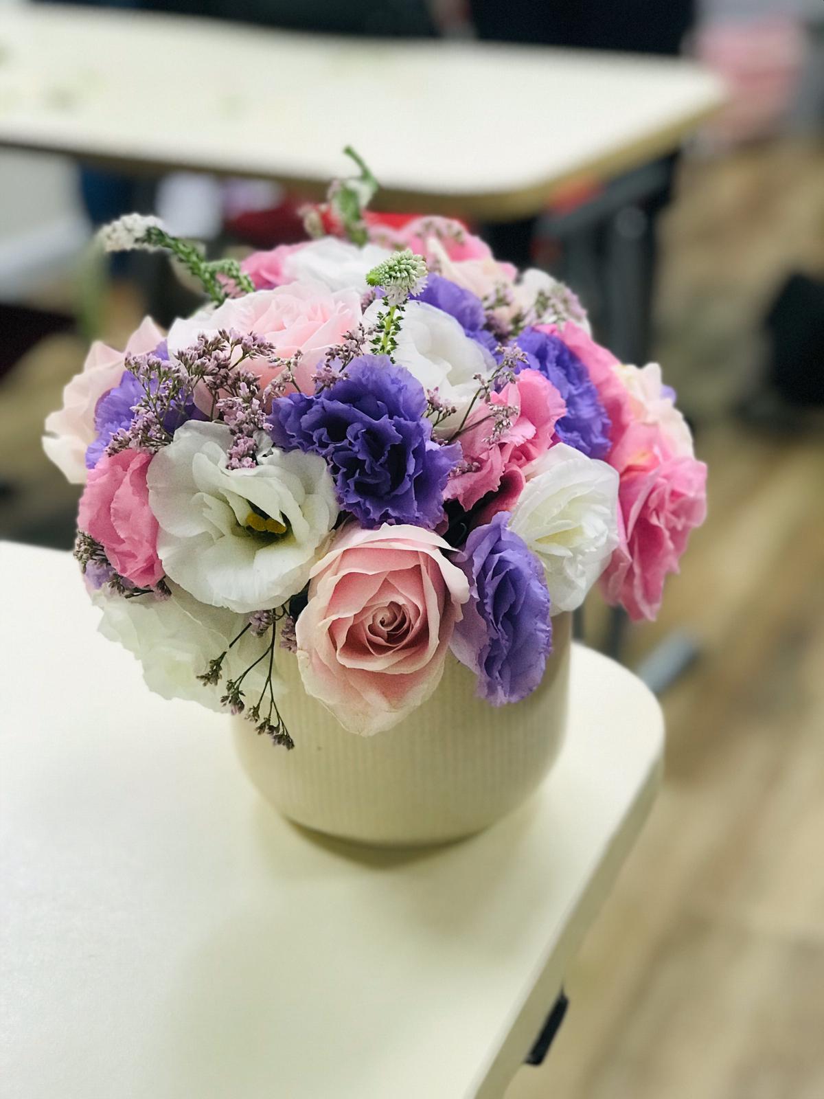 גלרייה - שיעור שזירת פרחים - קורס הפקת אירועים מחזור 24, 28 מתוך 35