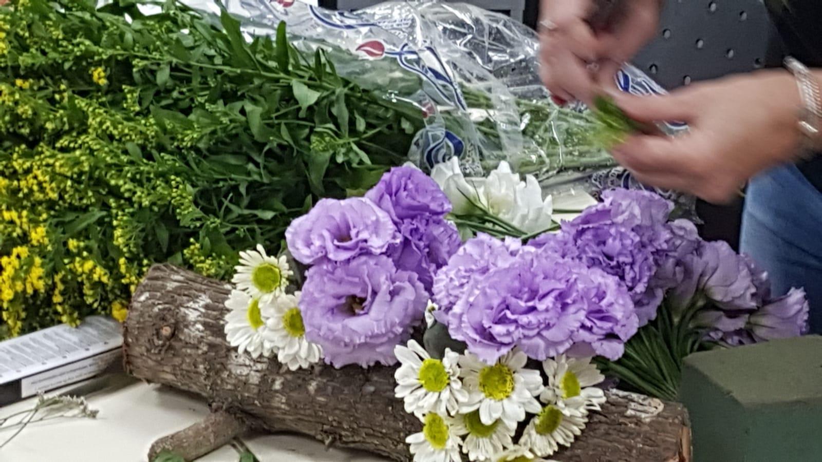 גלרייה - שיעור שזירת פרחים - קורס הפקת אירועים מחזור 24, 29 מתוך 35