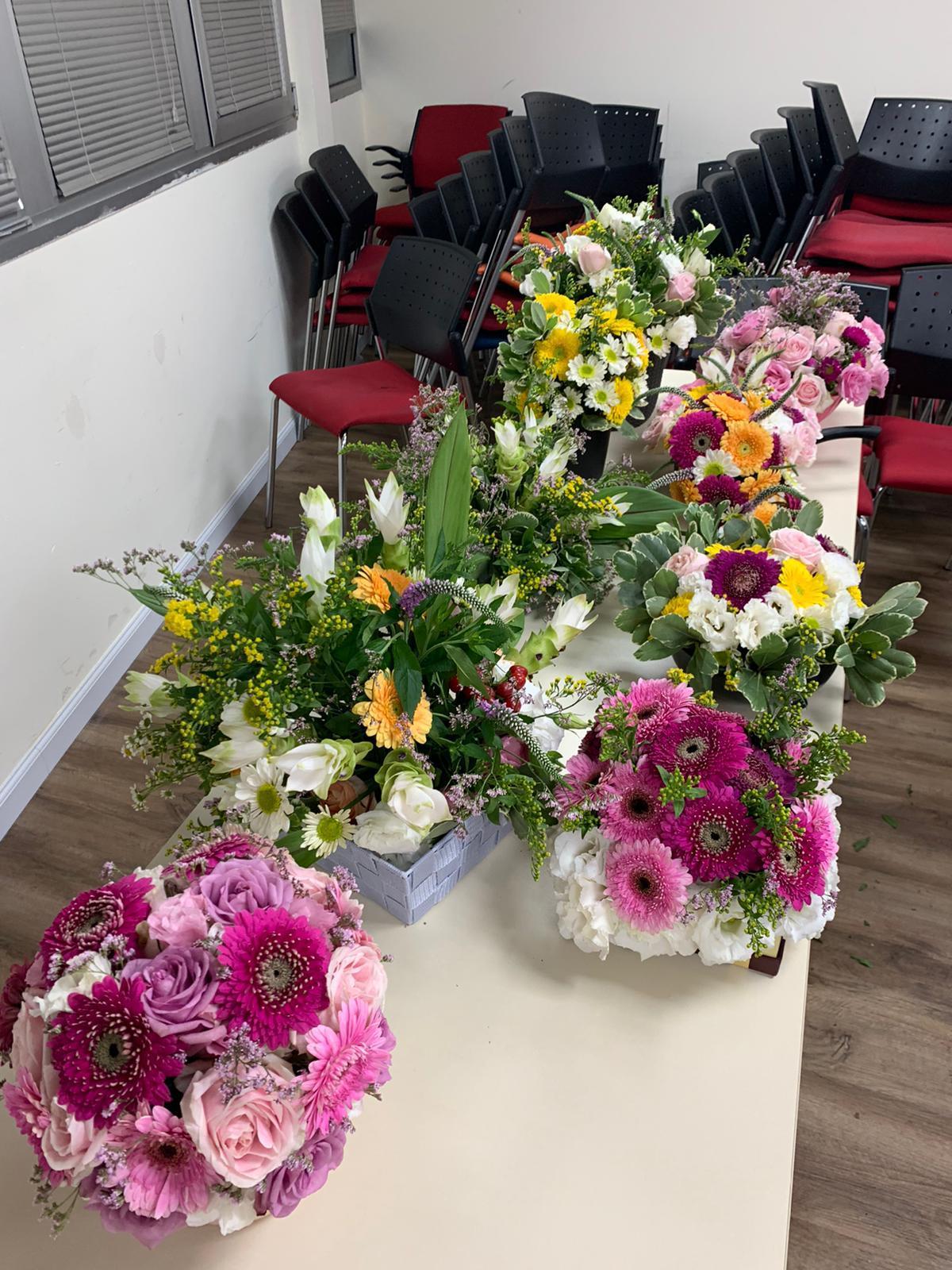גלרייה - שיעור שזירת פרחים - קורס הפקת אירועים מחזור 24, 31 מתוך 35