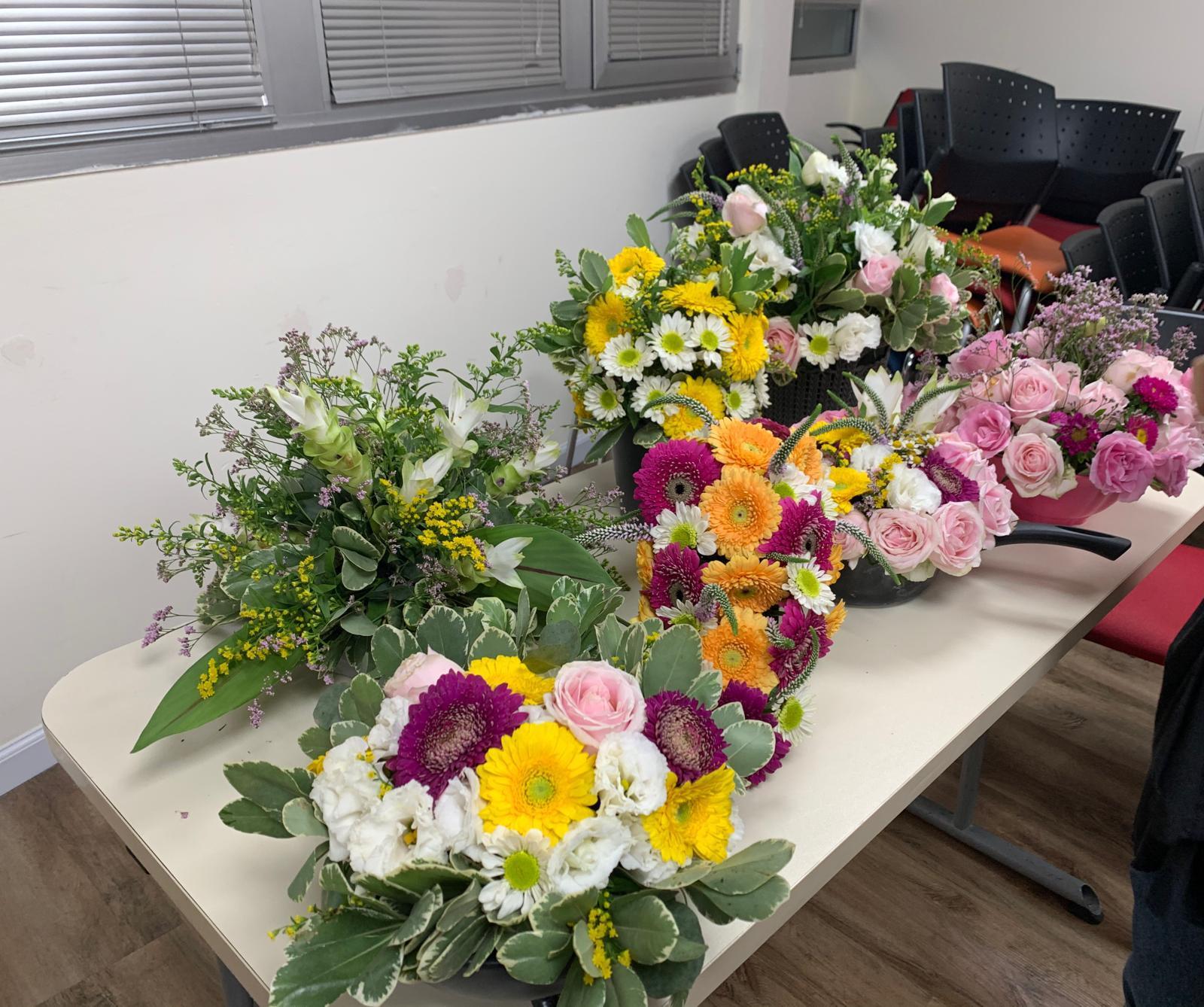 גלרייה - שיעור שזירת פרחים - קורס הפקת אירועים מחזור 24, 30 מתוך 35