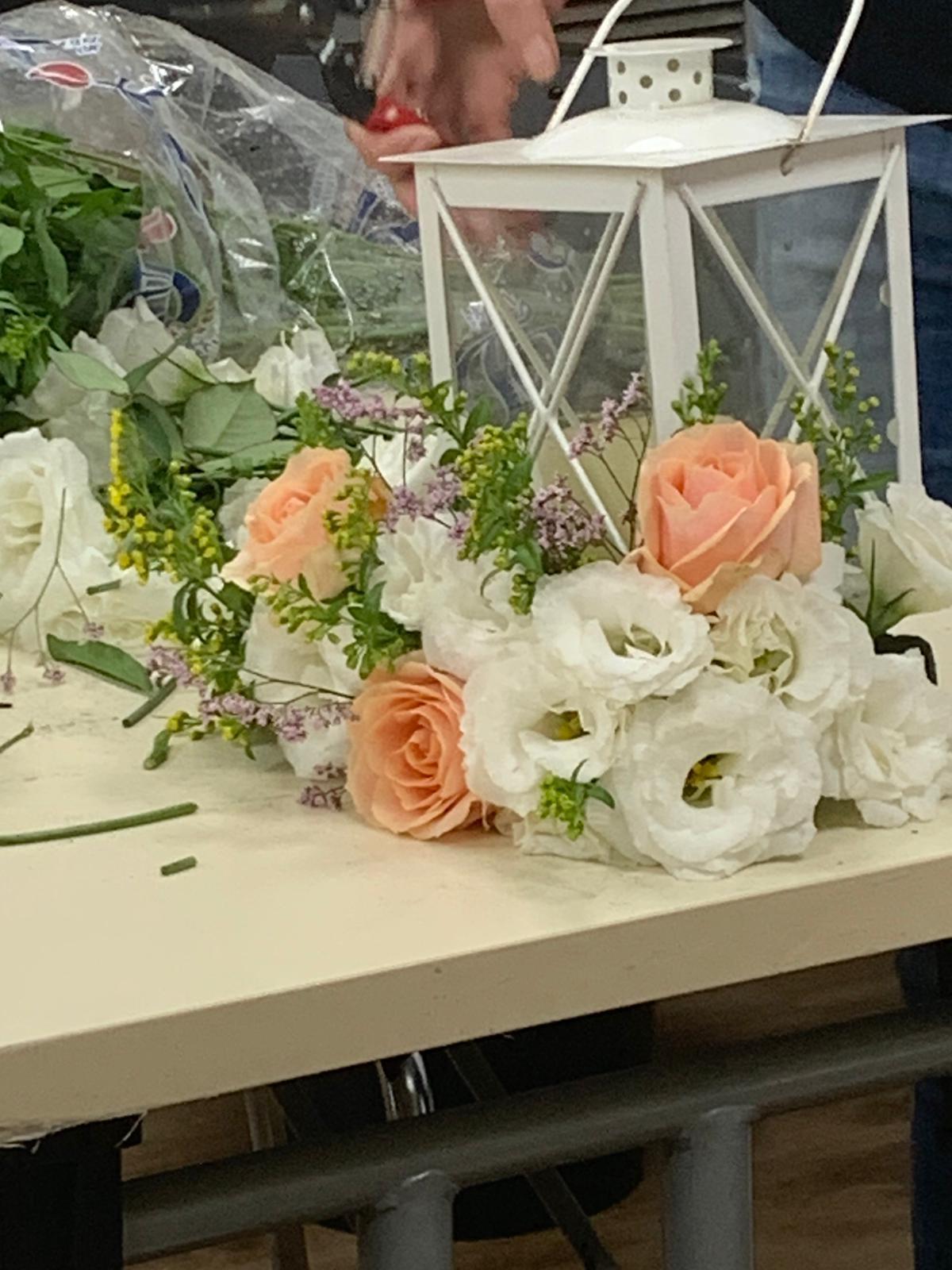 גלרייה - שיעור שזירת פרחים - קורס הפקת אירועים מחזור 24, 34 מתוך 35