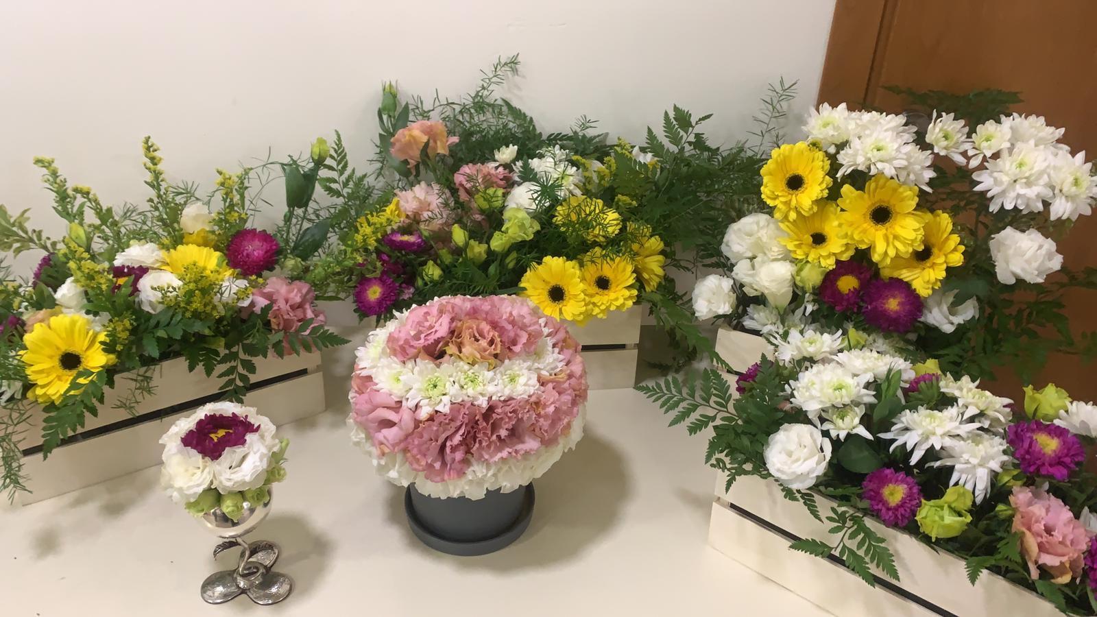 גלרייה - קורס הפקת אירועים מחזור 25 - בשיעור שזירת פרחים , 5 מתוך 7